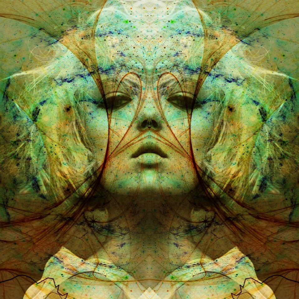 Symmetrisches, surreales, digital verfremdetes Frauenportrait.