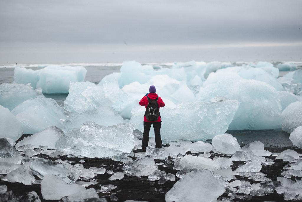 Ein Mann vor Eisbergen.