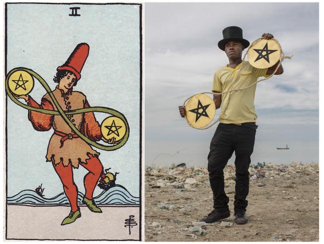 Ein Mann mit zwei runden Kreisen mit einem Pentagram bemalt.