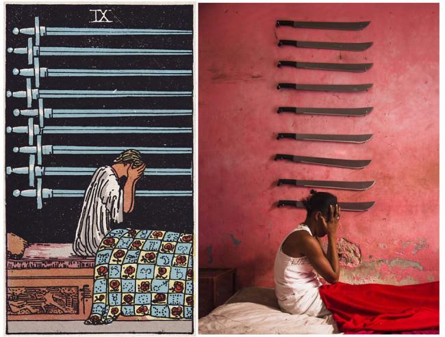 Eine Frau auf einem Bett mit 9 Schwetern an der Wand.