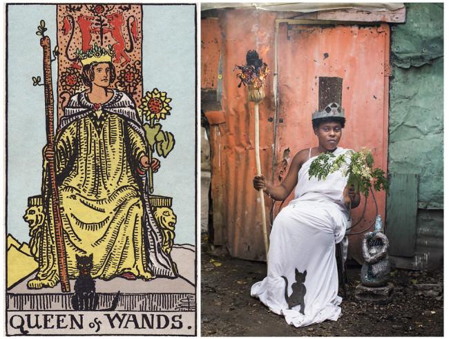 Eine Frau mit Krone und Fackel auf einem Stuhl