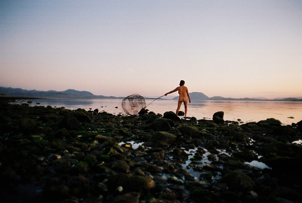 Eine Frau mit einem Fischernetz.