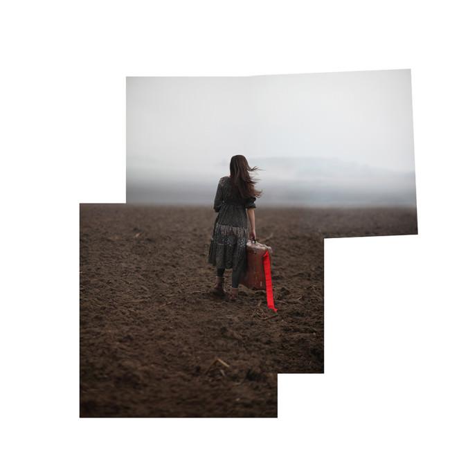 Zusammengesetzes Foto eines Mädchens auf einem Acker.