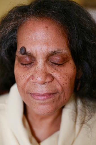 Ein Frauenportrait mit geschlossenen Augen.