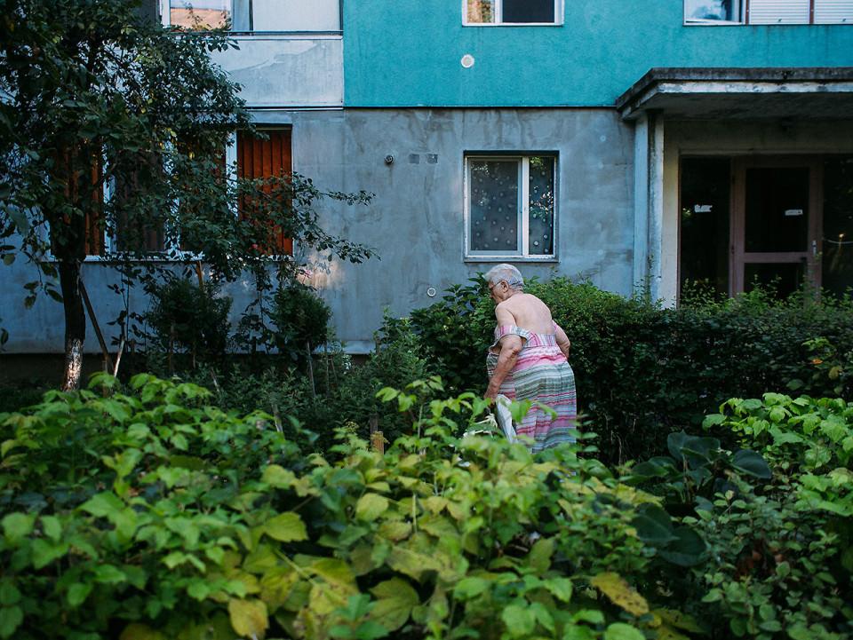 Eine Person geht durch einen Garten