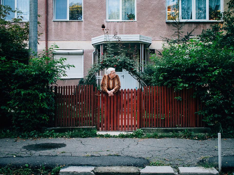 Eine Person steht an einem Zaun