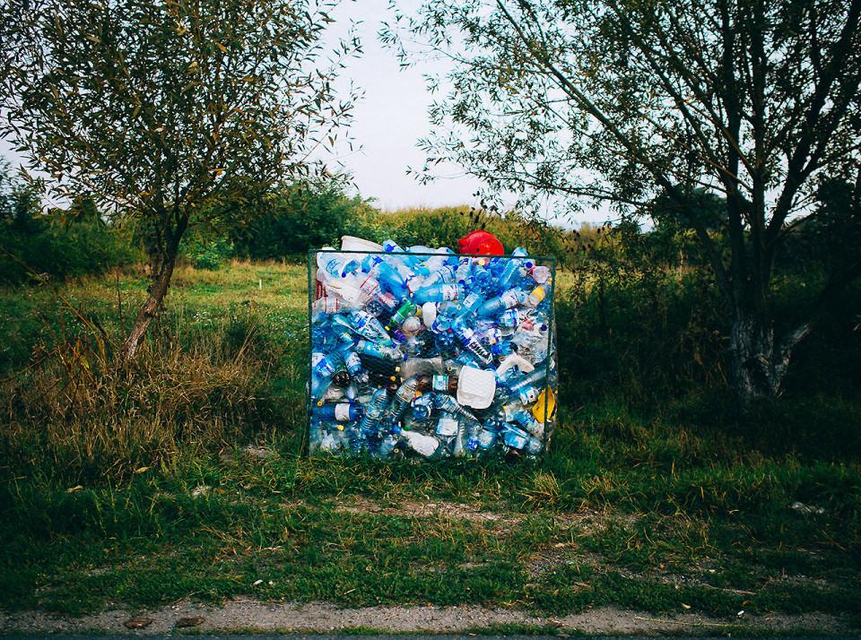 Ein Flaschen Container auf der Straße