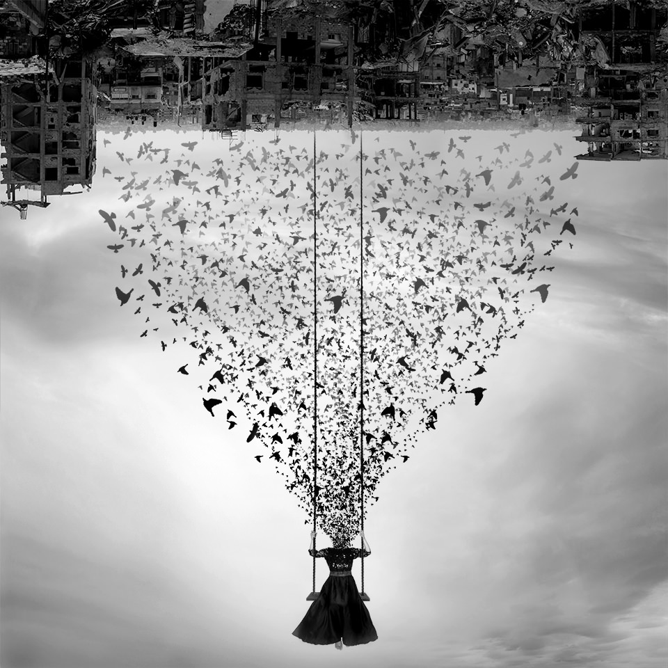 Person schaukelt unter einem Himmel aus Ruinen