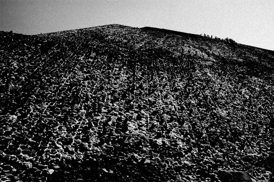 Ein Berg und ein paar Menschen.