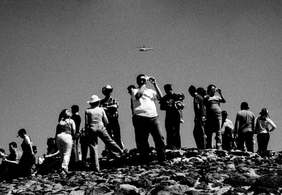 Menschen erklimmen einen Berg und halten Ausschau.