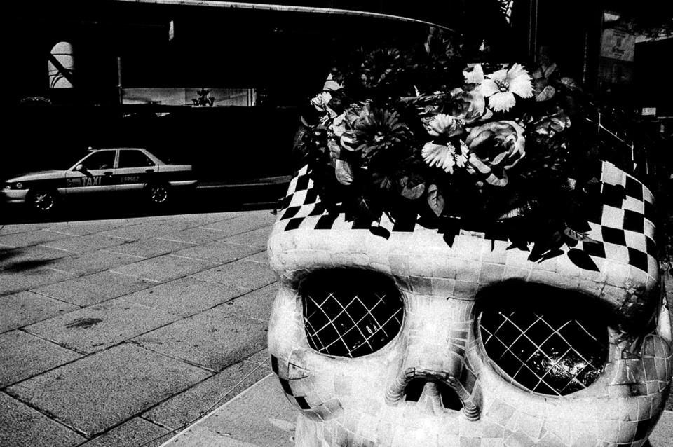 Ein geschmückter Totenkopf als Papierkorb.