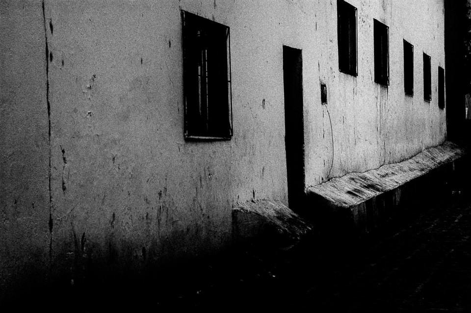 Eine Häuserwand und ein Eingang.