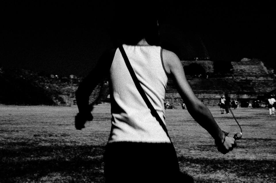 Ein Junge von hinten läuft weg.