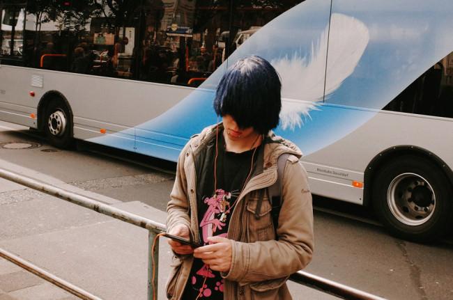 Eine Person vor einem Bus