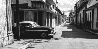 Ein Auto biegt in eine Straße ein