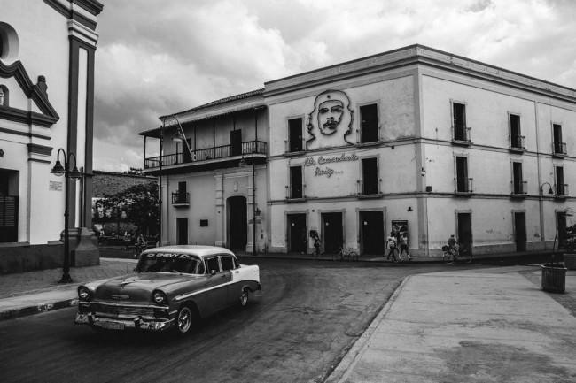 Oldtimer vor kubanischem Haus