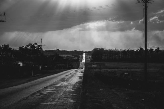 Eine Straße führt zum Horizont
