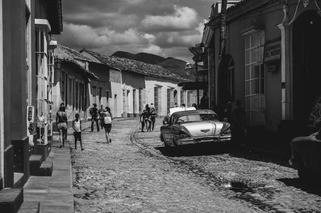 Menschen laufen eine Straße entlang