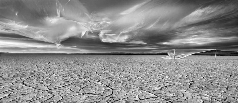 Eine Wüste mit Wolken aus Plastik