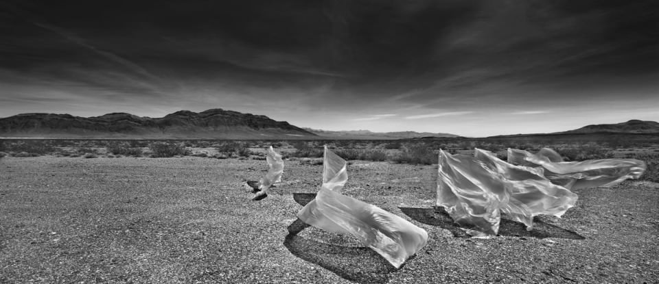 Wehendes Plastik in der Wüste.