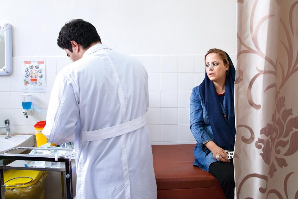 Eine Frau mit Nasenverband beim Arzt.