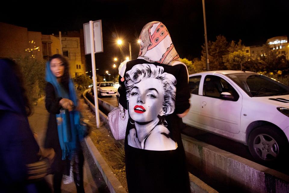 Eine Frau mit Kopftuch und Marilyn Monroe Jacke.