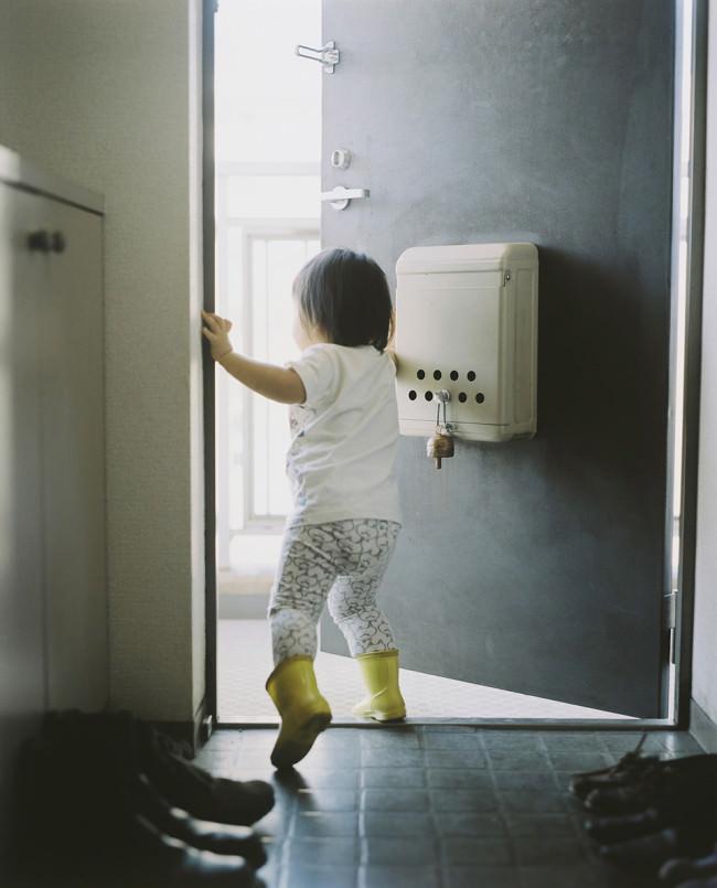 Ein Kind läuft zur Tür hinaus