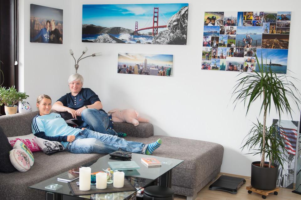 Zwei Menschen auf einem Sofa.
