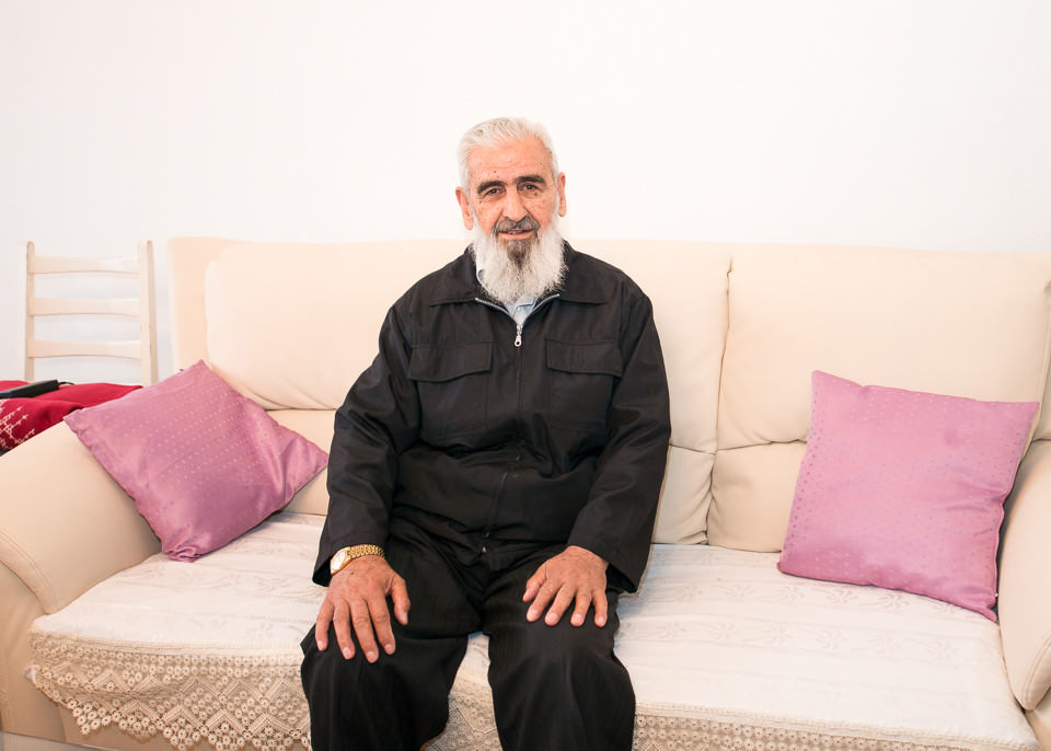 Ein Mann sitzt auf seinem Sofa.