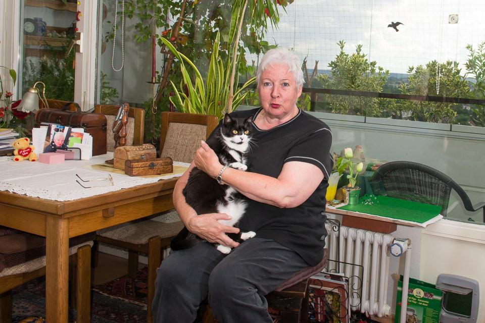 Eine Frau mit einer Katze.