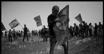 Ein kurdischer Demonstrant hält eine PKK-Flagge.