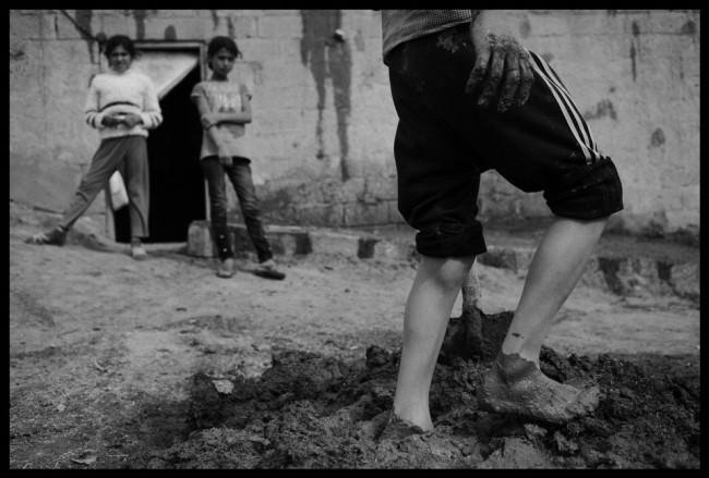 Suruc: Kurdische Flüchtlinge aus Kobane bereiten Lehm vor, um ein kaputtes Haus zu renovieren.