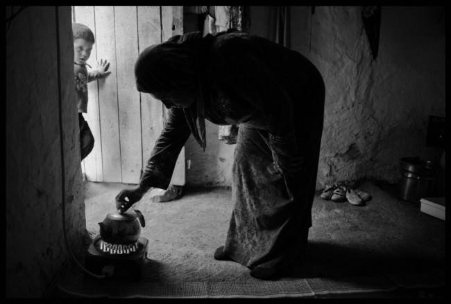 Eine kurdische Flüchtlings-Mutter aus Kobane bereitet einen Tee in einem Haus vor, in dem sie Schutz gefunden hat.