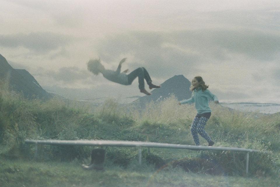 Kinder spielen in einer Landschaft