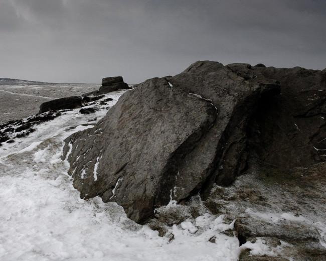 Von Eis umschlungener Stein