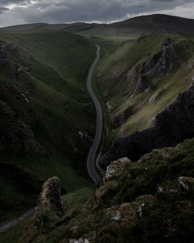 Eine Straße schlängelt sich durch die Landschaft.