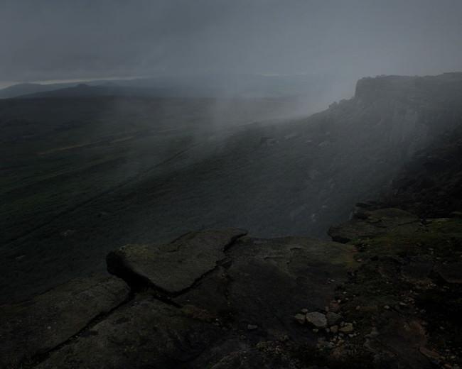 Blick auf eine düstere, vernebelte Landschaft.