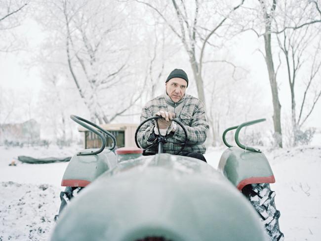 Winter: Ein Mann auf dem Tracktor.