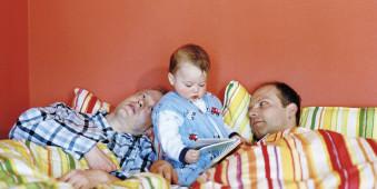 Zwei Väter und ihr Kind am frühen Morgen.