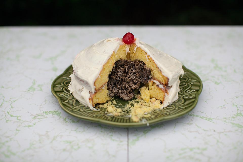 Ein angeschnittener Kuchen.
