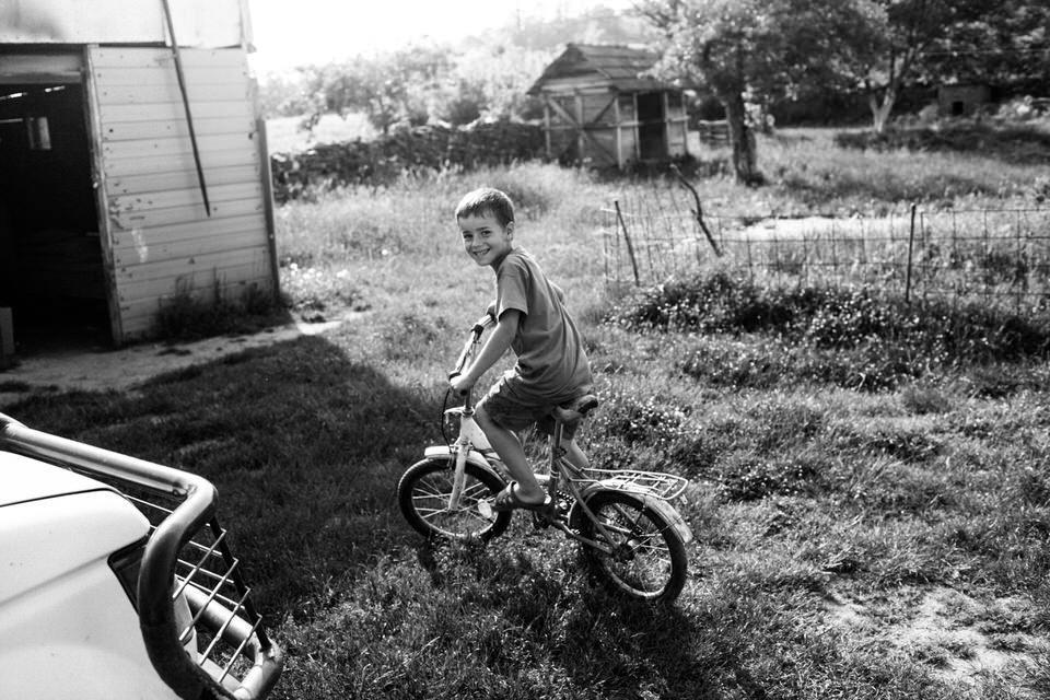 Ein Junge fährt auf dem Fahrrad umher.