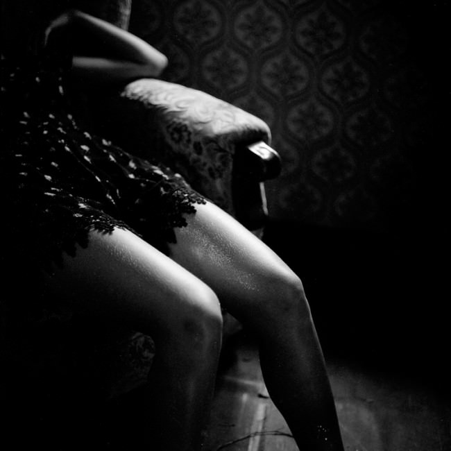 Und wieder sitzt eine Frau im Sessel und fängt das Licht.