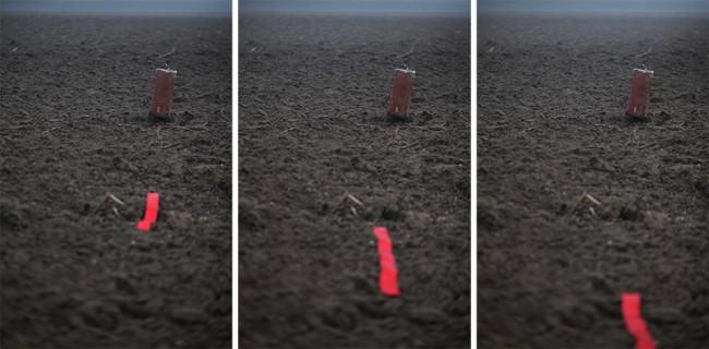 Drei Bilder eines roten Bandes auf einem Feld.