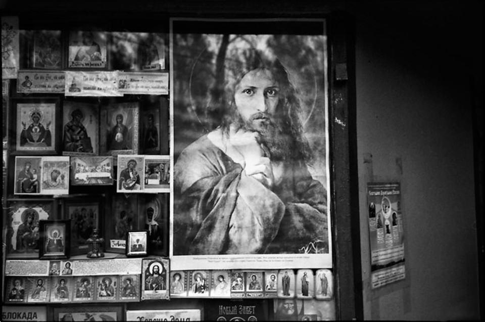 Ein Bild von Jesus hängt an einem Automaten.