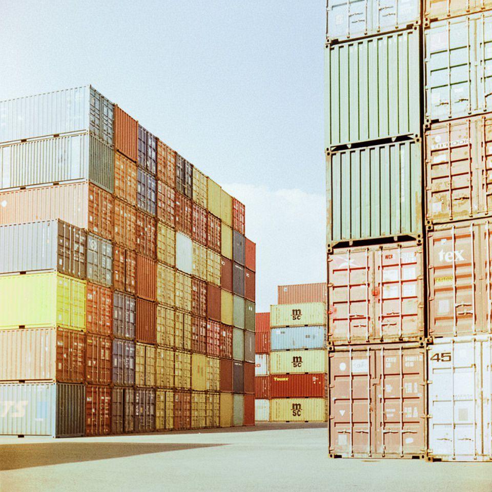 Bunte, aufgestapelte Frachtcontainer.