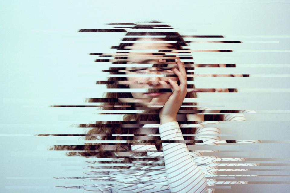 Portrait einer jungen Frau mit verschobenen Streifen.
