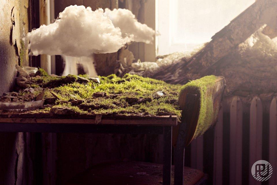 Graslandschaft mit Wolke darüber auf einem Tisch.