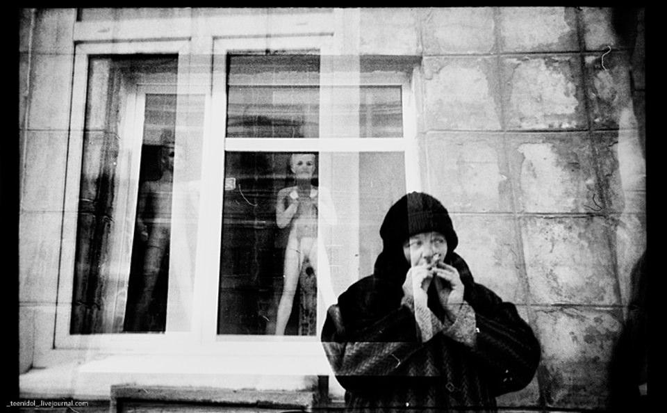 Doppelbelichzjg einer Frau und eines Fensters.