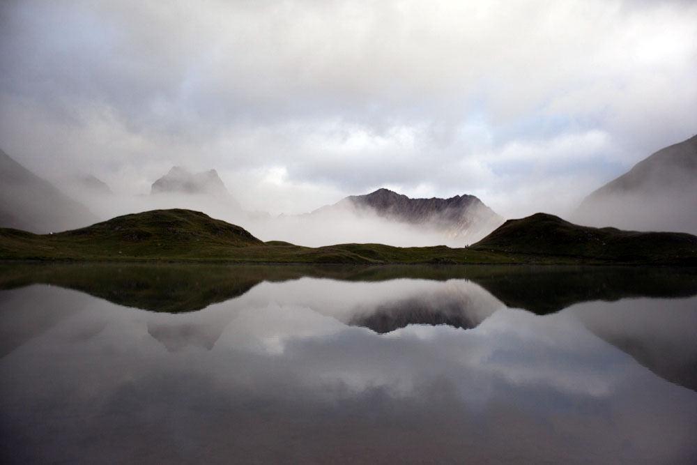 Landschaft mit in einem Berg der sich im See spiegelt.