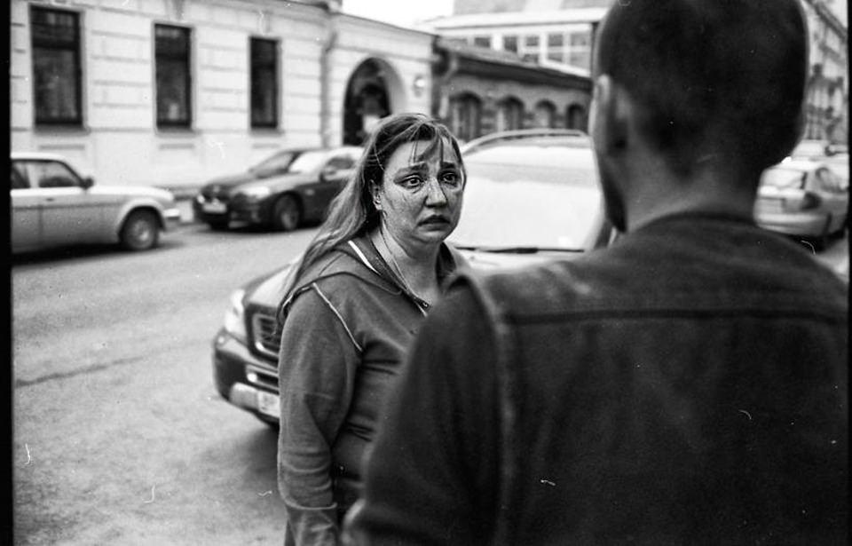 Eine Frau schaut mit verwirrtem Ausdruck.
